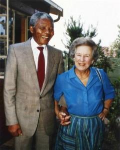 Nelson Mandela ao lado de Helen Suzman, em 1990.