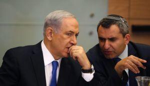 O primeiro-ministro Netanyahu conversa com o Chaver Knesset Ze'ev Elkin, ambos do partido Likud